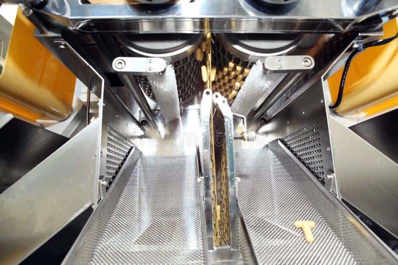 Maschinenfertigung von Gelatinekapseln Bestätigung des Maschinenmannes Produktion von Kapseln für Tabletten stockfotos
