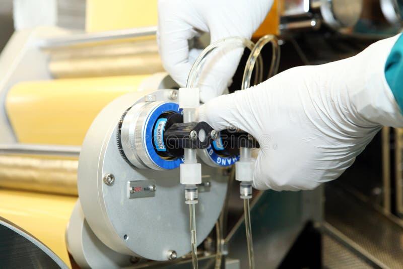 Maschinenfertigung von Gelatinekapseln Bestätigung des Maschinenmannes Produktion von Kapseln für Tabletten lizenzfreie stockbilder