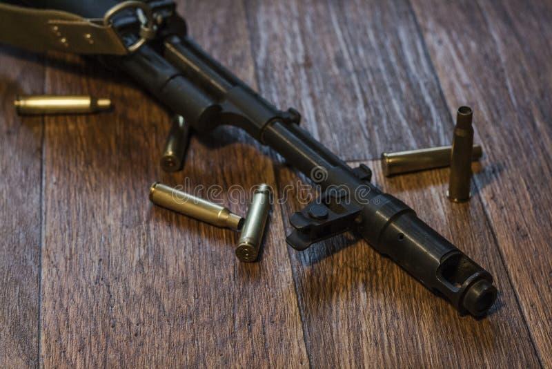 Maschinengewehr, das aus den Grund mit Oberteil liegt lizenzfreie stockfotos