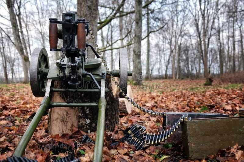 Maschinengewehr im Wald lizenzfreie stockbilder