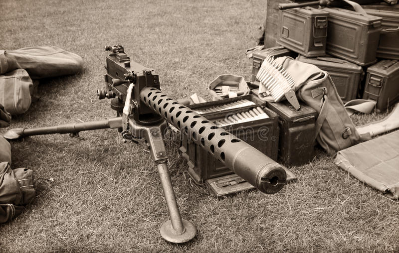 Maschinengewehr- und Munitionskästen stockbild