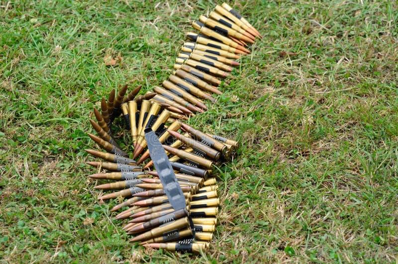 Maschinengewehrkugeln, die auf dem Boden liegen lizenzfreie stockfotos