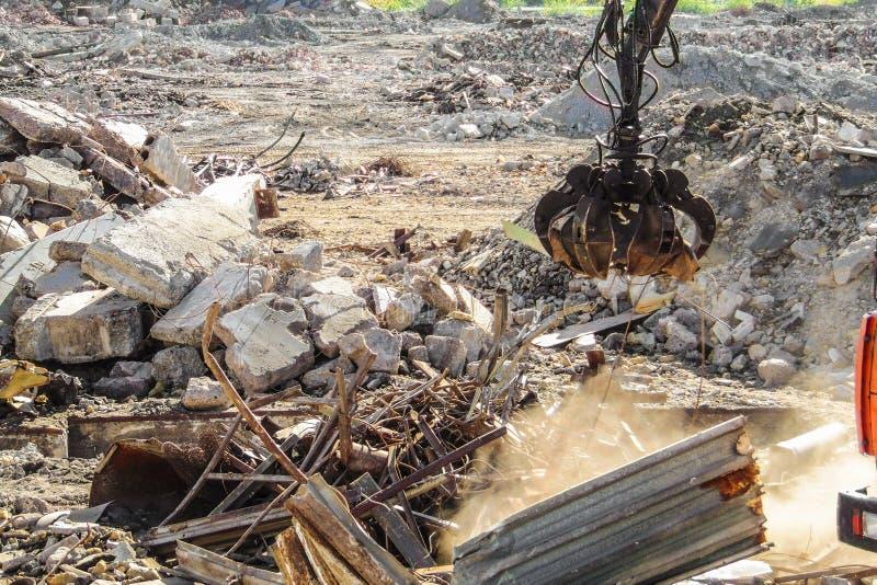 Maschinenhälftenzupacken für Reinigungsbauabfall und zerstörte Strukturen stockbild