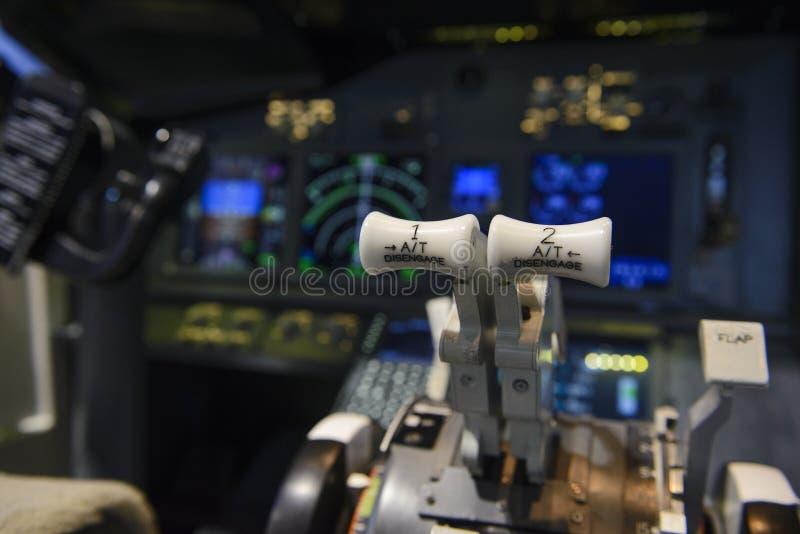 Maschinenhebel im Cockpit eines Passagierflugzeugs lizenzfreie stockbilder