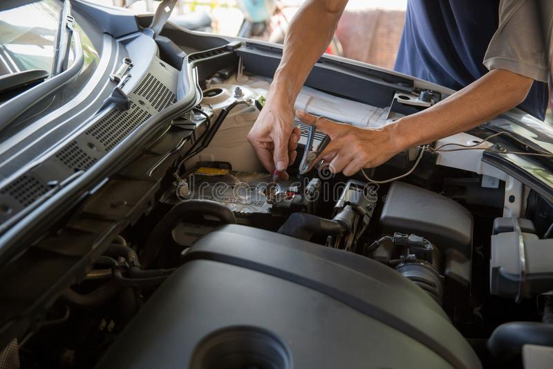 Maschineningenieur ersetzt Autobatterie, weil Autobatterie verbraucht wird stockbilder