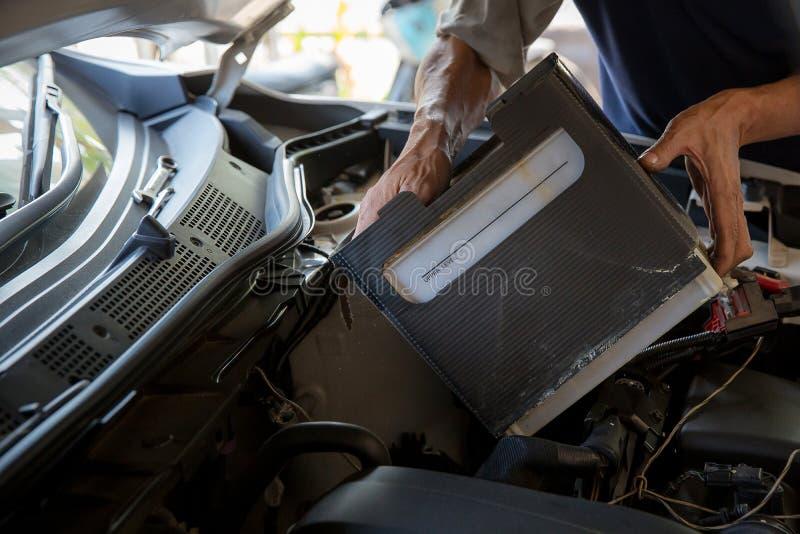 Maschineningenieur ersetzt Autobatterie, weil Autobatterie verbraucht wird lizenzfreies stockbild