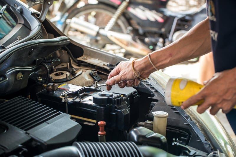 Maschineningenieur ersetzt Autobatterie, weil Autobatterie verbraucht wird stockbild
