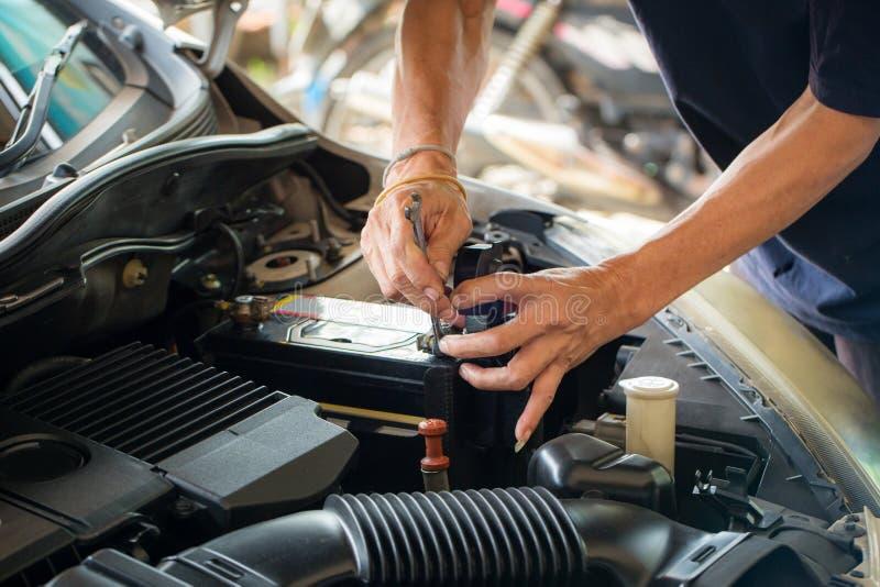 Maschineningenieur ersetzt Autobatterie, weil Autobatterie verbraucht wird stockfotografie