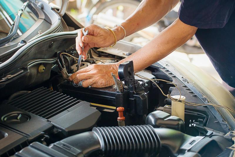 Maschineningenieur ersetzt Autobatterie, weil Autobatterie verbraucht wird lizenzfreie stockbilder