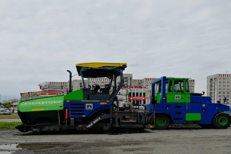 Maschinerie mit zwei Straßen - Eisbahn- und Asphaltstraßenbetoniermaschine, Mira Street stockbild