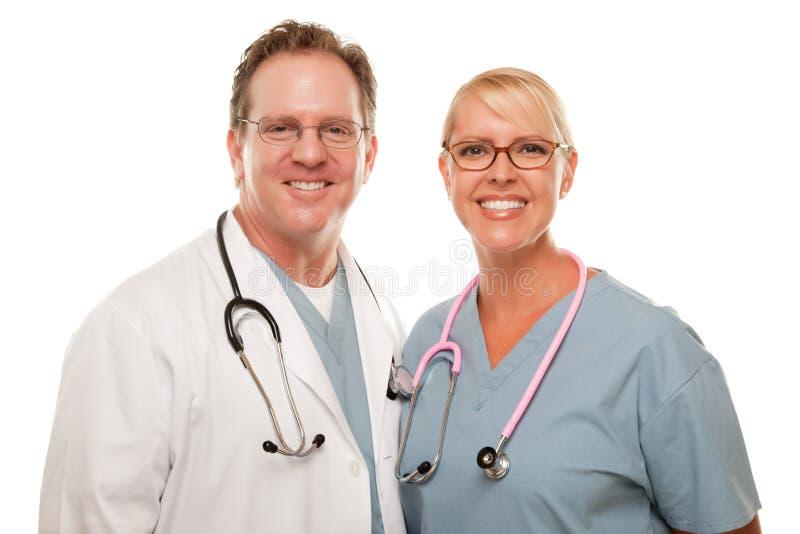 Maschio amichevole e medici femminili su bianco immagini stock libere da diritti