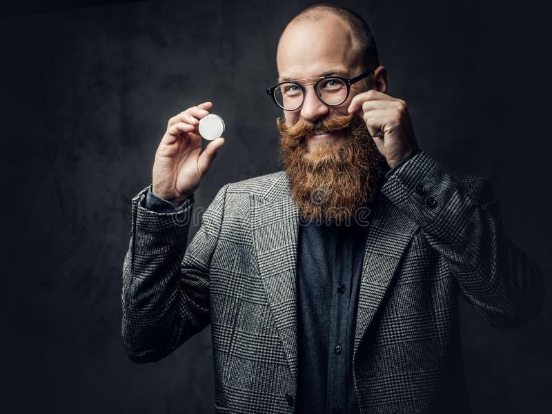 Maschio barbuto della testarossa in un vestito immagine stock libera da diritti