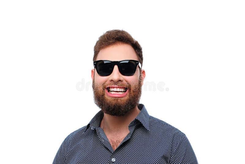 Maschio barbuto sorridente della testarossa in occhiali da sole fotografia stock libera da diritti