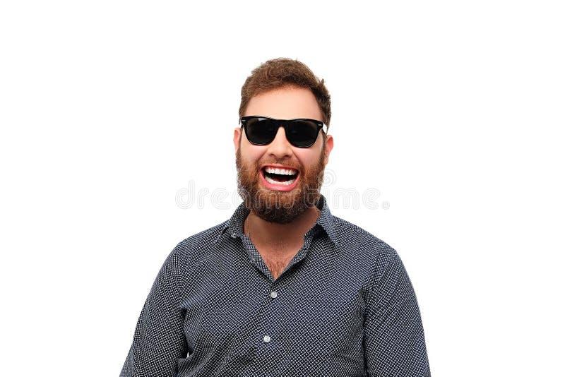 Maschio barbuto sorridente della testarossa in occhiali da sole fotografie stock libere da diritti