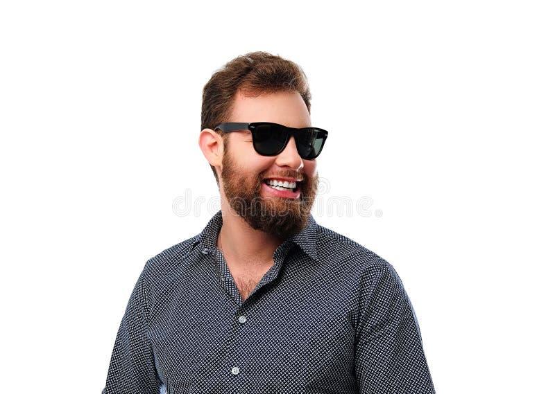 Maschio barbuto sorridente della testarossa in occhiali da sole immagine stock libera da diritti