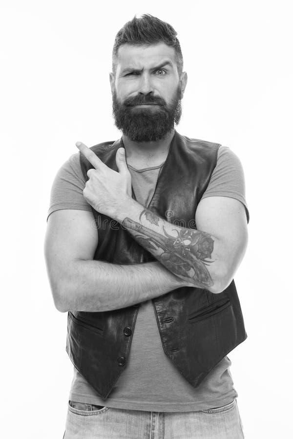 Maschio brutale con il tatuaggio Cura maschio del barbiere Cura della barba e dei capelli Uomo barbuto Uomo brutale sicuro e bell immagine stock libera da diritti