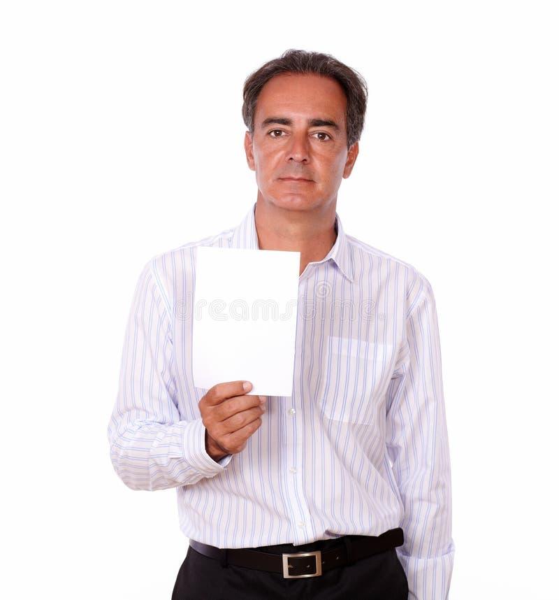 Maschio carismatico adulto che tiene una carta bianca fotografie stock