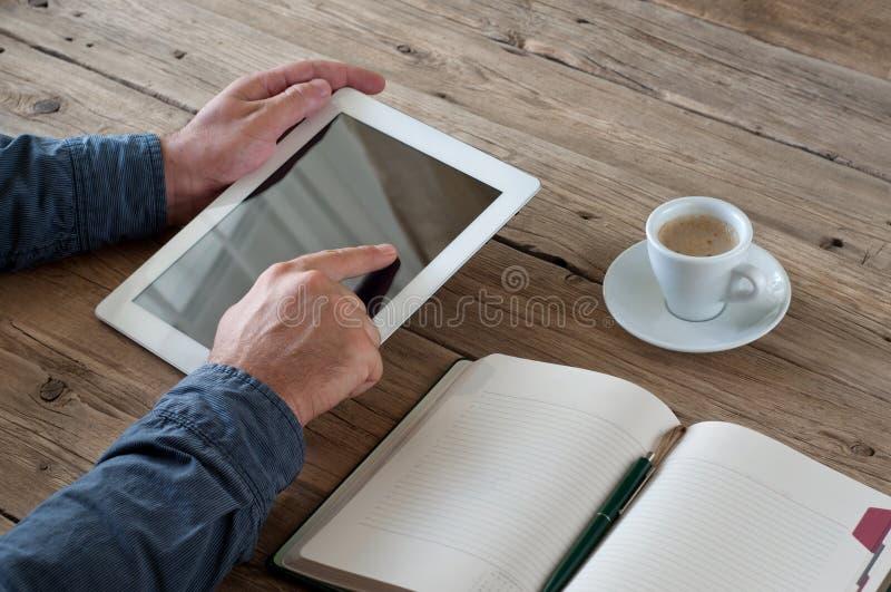 Maschio che lavora con il computer della compressa fotografia stock libera da diritti