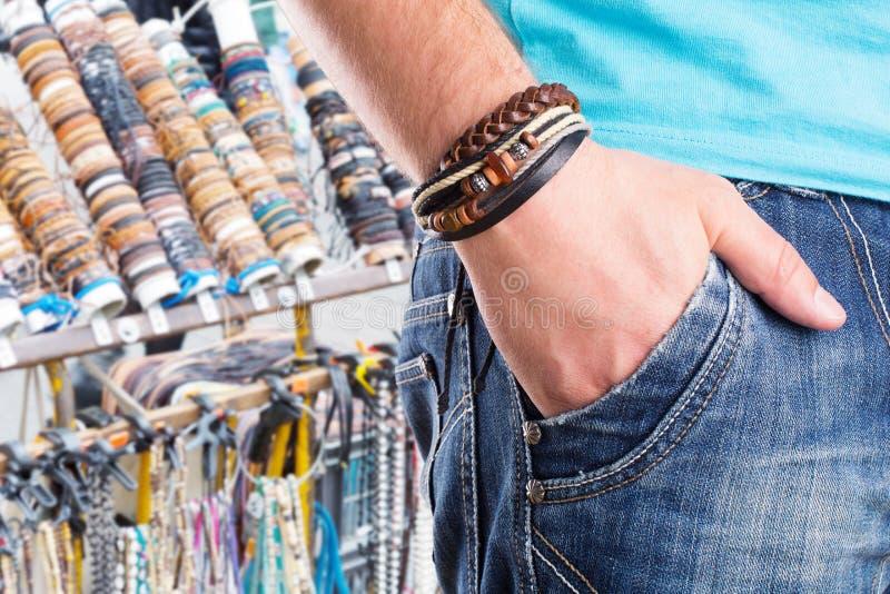 Maschio con il braccialetto di cuoio immagine stock libera da diritti