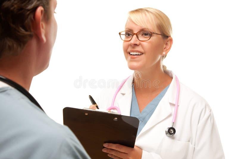 Maschio e femmina dottore Talking immagine stock