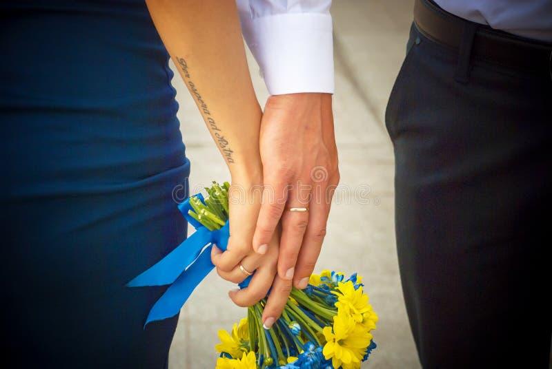 Maschio e mani femminili insieme ai tempi delle nozze immagine stock libera da diritti