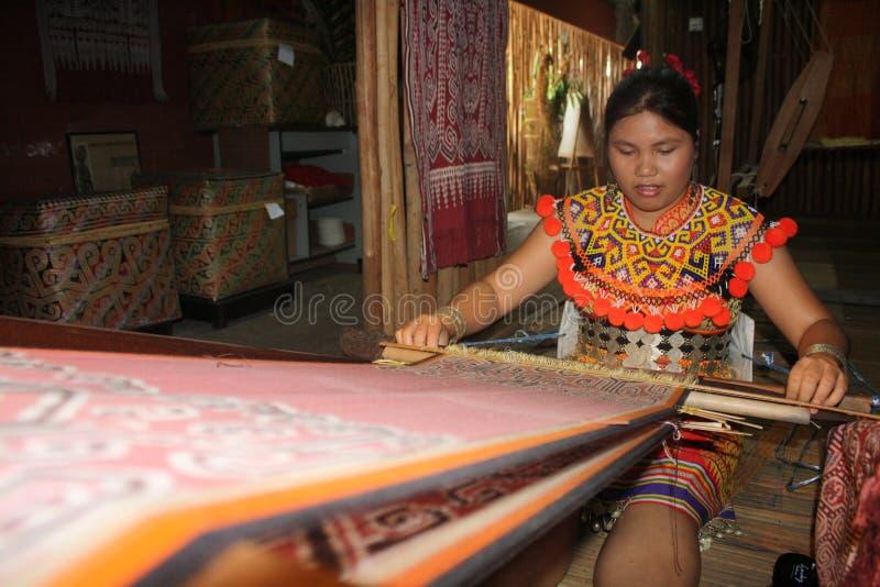 Maschio etnico che rende i braccialetti iban fotografie stock