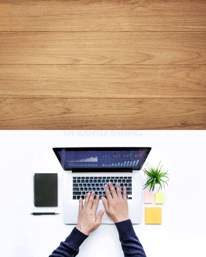 Maschio facendo uso del computer portatile del computer sul fondo di legno bianco della tavola dello scrittorio fotografie stock