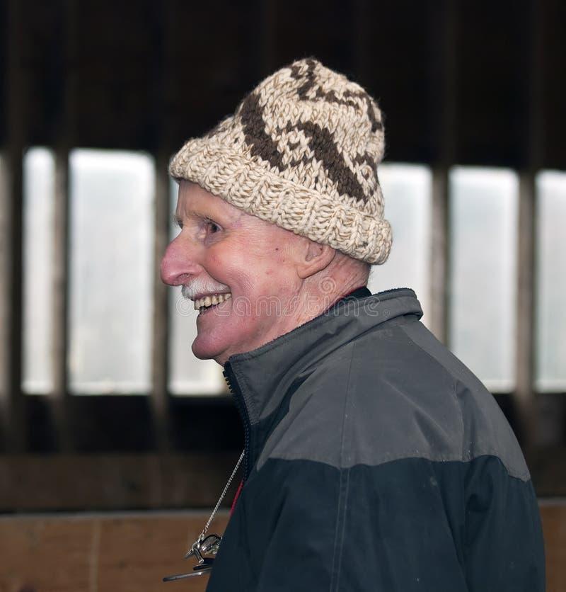 Maschio maggiore che porta un cappello delle lane fotografia stock libera da diritti