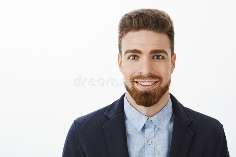 Maschio maturo alla moda bello e giovane ambizioso con la barba ed i grandi occhi azzurri che sorride condizione eccitata e piace fotografia stock libera da diritti