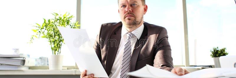 Maschio nella tenuta del legame e del vestito in carte del braccio all'ufficio immagine stock libera da diritti