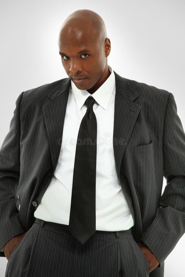 Maschio nero attraente in un vestito moderno di affari immagini stock