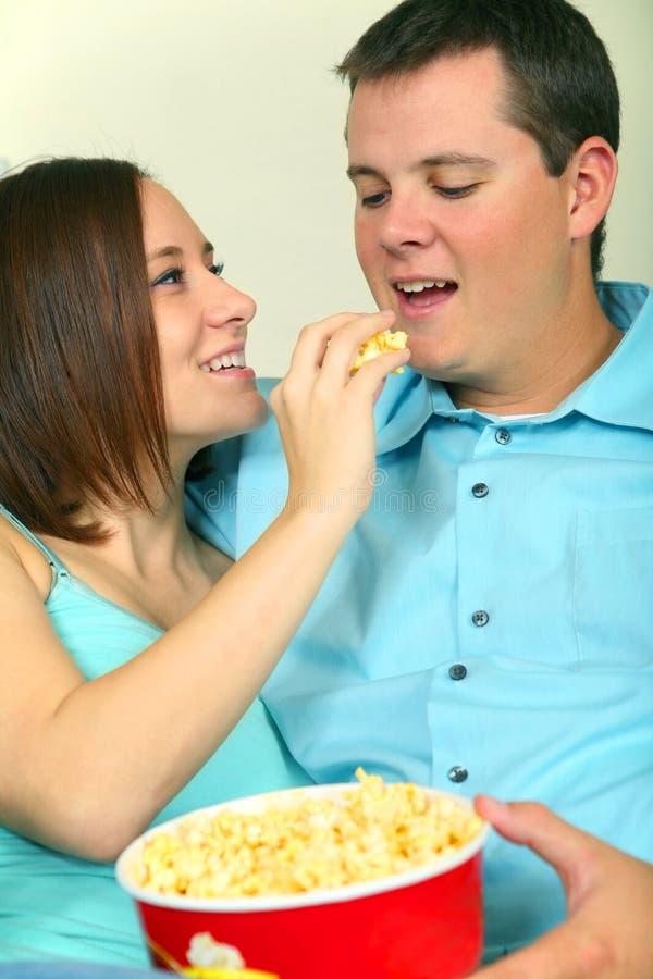 Maschio romantico e popcorn caucasico femminile di cibo fotografia stock libera da diritti