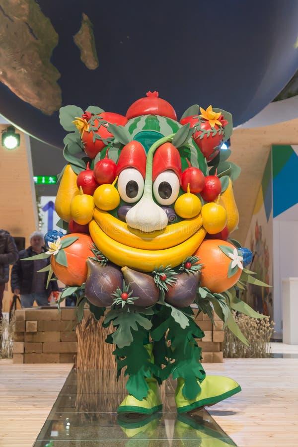 Mascota Foody que plantea el pedazo 2015, intercambio internacional del turismo en Milán, Italia foto de archivo libre de regalías