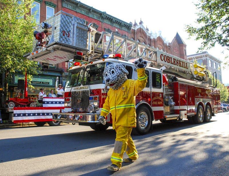 Mascote Dalmatian do carro de bombeiros na parada foto de stock royalty free