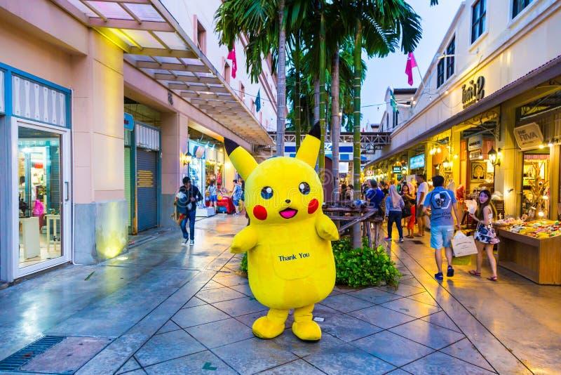 A mascote de Pokemon Pikachu está clientes do cumprimento em Asiatique, B imagem de stock royalty free