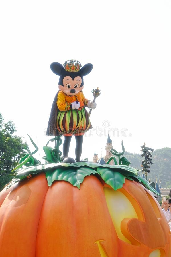 A mascote do caráter de Disney de Mickey Mouse vestiu-se acima para a parada de Dia das Bruxas imagem de stock