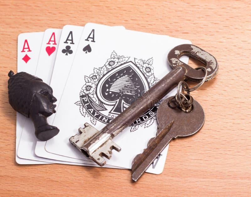 Mascote dos cartões e das chaves de jogo imagens de stock royalty free