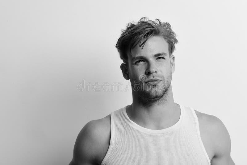 Masculinidade, tentação e conceito de confiança Homem com cabelo justo sobre fundo branco, espaço para cópia foto de stock royalty free