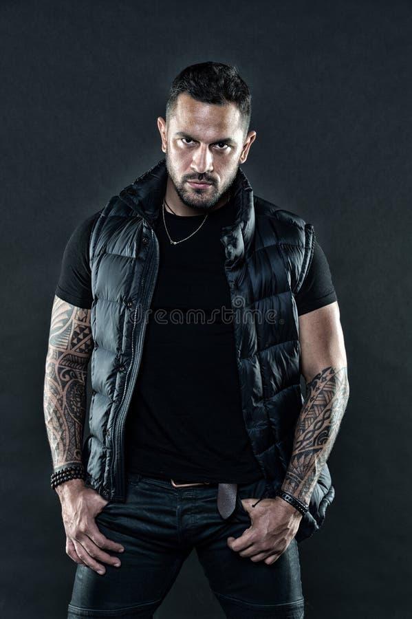 Masculinité et concept de mode Attribut brutal de tatouage Bras tatoués par aspect brutal non rasé sûr d'homme photo stock