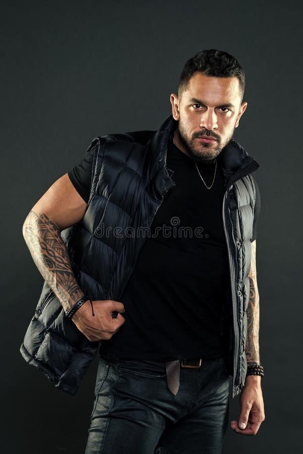Masculinit? et brutalit? Attribut brutal de tatouage Concept de culture de tatouage Aspect hispanique non ras? brutal d'homme images libres de droits
