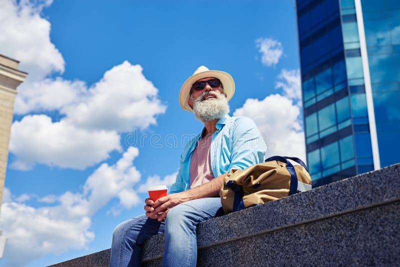 Masculino considerável tendo o resto ao beber o café fotos de stock
