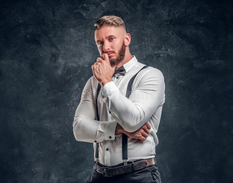 Masculino pensativo pensando alrededor de algo importante Hombre joven elegante vestido en camisa con la presentación de la corba fotografía de archivo