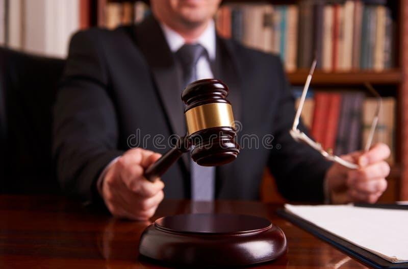 ` Masculino s de la mano del abogado o del juez que pega el mazo imagen de archivo