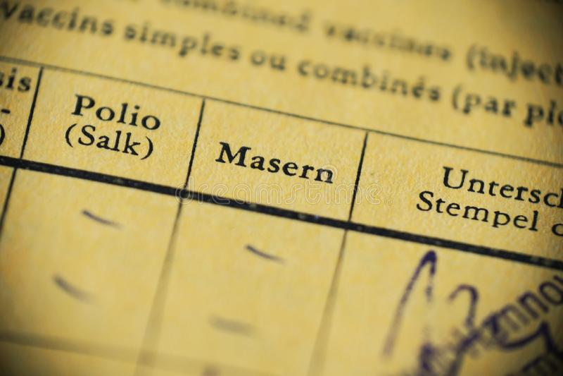 Masern är tysk för mässling - internationellt certifikat av vaccineringen royaltyfri foto