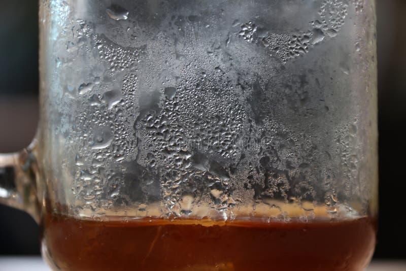 Masern Sie abstrakten Hintergrund des kleinen Tropfens einer Flüssigkeit auf dem Glas stockbild