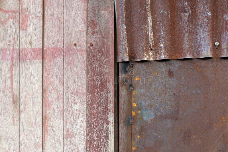 Masern Sie alten schmutzigen Hintergrund des Holz- und Zinkwand-, -holz- und -zinkrostbeschaffenheits-Bodens lizenzfreies stockfoto