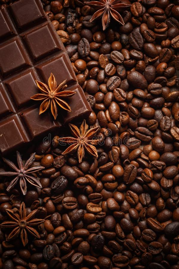 Masern Sie das versch?tten von Kaffeebohnen, von Schokolade, von Zimt und von Nelken Beschneidungspfad eingeschlossen Kopieren Si stockbild
