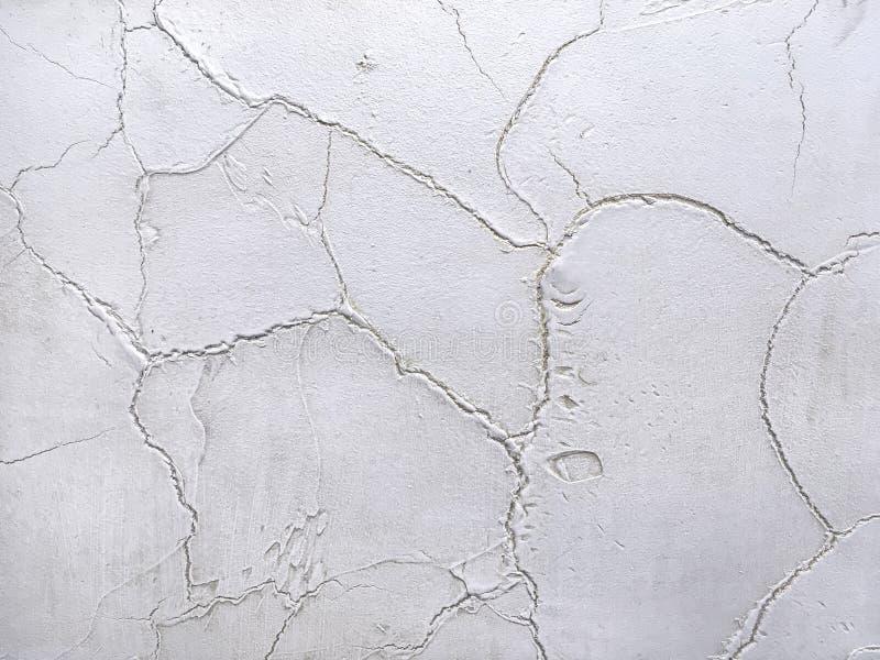 Masern Sie den dekorativen grauen Gips, der die alte Schalenwand nachahmt stockfoto