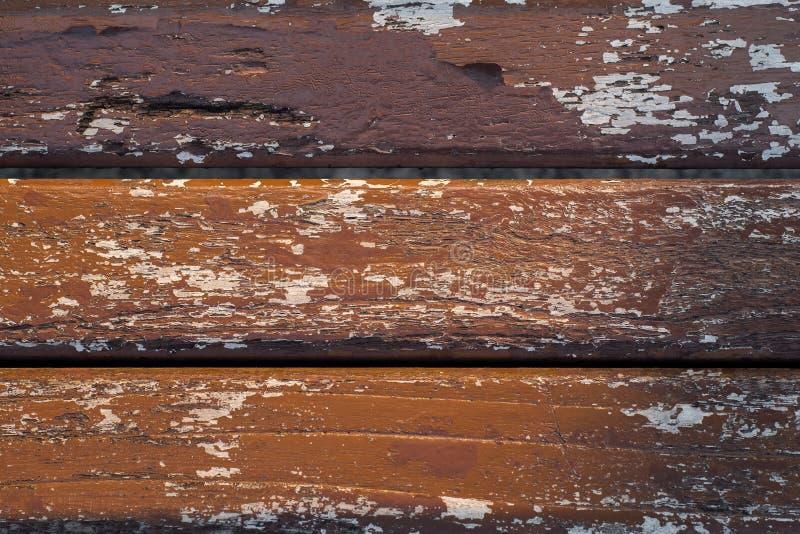 Masern Sie Hintergrund von Reihen des Holzes, die mit brauner Farblackmalerei beschichteten, haben einige Schadenstellen auf der  stockbilder