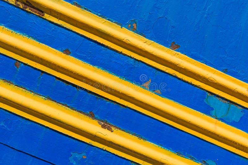 Masern Sie Metalloberflächen, gemaltes Blau, mit diagonalen gelben Linien stockbilder